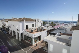 Вид на виллу/дом снаружи. Испания, Пуэрто Банус : Современные апартаменты с кондиционером расположены в городе Марбелья. Мебель в черных и нейтральных тонах создает идеальную атмосферу для отдыха.