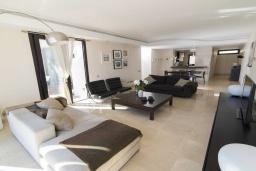 Гостиная / Столовая. Испания, Пуэрто Банус : Современные апартаменты с кондиционером расположены в городе Марбелья. Мебель в черных и нейтральных тонах создает идеальную атмосферу для отдыха.