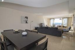 Обеденная зона. Испания, Пуэрто Банус : Современные апартаменты с кондиционером расположены в городе Марбелья. Мебель в черных и нейтральных тонах создает идеальную атмосферу для отдыха.