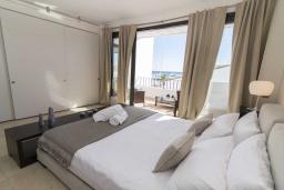 Спальня. Испания, Пуэрто Банус : Современные апартаменты с кондиционером расположены в городе Марбелья. Мебель в черных и нейтральных тонах создает идеальную атмосферу для отдыха.