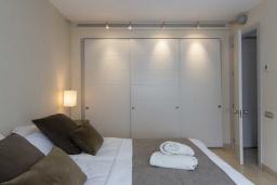 Спальня 2. Испания, Пуэрто Банус : Современные апартаменты с кондиционером расположены в городе Марбелья. Мебель в черных и нейтральных тонах создает идеальную атмосферу для отдыха.
