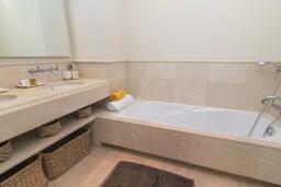 Ванная комната. Испания, Пуэрто Банус : Современные апартаменты с кондиционером расположены в городе Марбелья. Мебель в черных и нейтральных тонах создает идеальную атмосферу для отдыха.