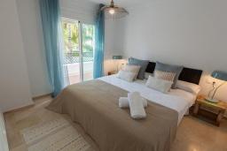 Спальня. Испания, Пуэрто Банус : Рядом с пляжем и городом в этом ярком и очаровательном отеле с красивыми садами и несколькими бассейнами в закрытом комплексе.
