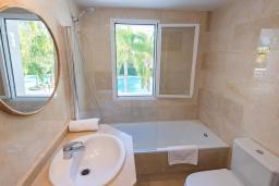 Ванная комната. Испания, Пуэрто Банус : Рядом с пляжем и городом в этом ярком и очаровательном отеле с красивыми садами и несколькими бассейнами в закрытом комплексе.