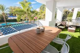 Терраса. Испания, Пуэрто Банус : Рядом с пляжем и городом в этом ярком и очаровательном отеле с красивыми садами и несколькими бассейнами в закрытом комплексе.