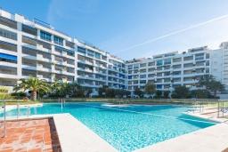 Вид на виллу/дом снаружи. Испания, Пуэрто Банус : Рядом с пляжем и городом в этом ярком и очаровательном отеле с красивыми садами и несколькими бассейнами в закрытом комплексе.