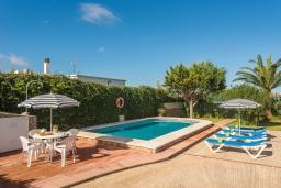 Зона отдыха у бассейна. Испания, Менорка : Загородный дом , имеет очаровательный внешний вид, расположен в семейном районе в красивой сельской местности.