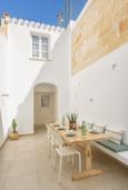 Терраса. Испания, Менорка : Недавно отремонтированный традиционный трех этажный таунхаус со вкусом оформлен в светлых тонах ,просторные комнаты, патио, 3 спальни, 3 ванные комнаты