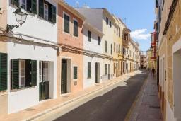 Вид на виллу/дом снаружи. Испания, Менорка : Недавно отремонтированный традиционный трех этажный таунхаус со вкусом оформлен в светлых тонах ,просторные комнаты, патио, 3 спальни, 3 ванные комнаты