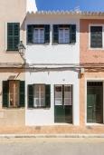 Вход. Испания, Менорка : Недавно отремонтированный традиционный трех этажный таунхаус со вкусом оформлен в светлых тонах ,просторные комнаты, патио, 3 спальни, 3 ванные комнаты