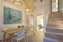 Обеденная зона. Испания, Менорка : Недавно отремонтированный традиционный трех этажный таунхаус со вкусом оформлен в светлых тонах ,просторные комнаты, патио, 3 спальни, 3 ванные комнаты