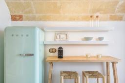 Кухня. Испания, Менорка : Недавно отремонтированный традиционный трех этажный таунхаус со вкусом оформлен в светлых тонах ,просторные комнаты, патио, 3 спальни, 3 ванные комнаты