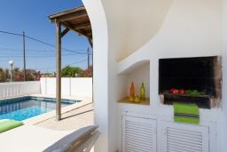 Зона отдыха у бассейна. Испания, Менорка : Удобная и очень очаровательная вилла с частным бассейном, идеально подходящая для отдыха с хорошим барбекю для летних вечеров