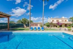 Вид на виллу/дом снаружи. Испания, Кан-Пикафорт : Просторная семейная вилла с собственным бассейном и садом в городе Ариани