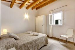 Спальня. Испания, Менорка : Невероятный дом мечты в старом городе, 2 спальни, дизайнерская ванная комната с ванной, душевая комната, гостиная, кухня с террасой