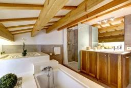 Ванная комната. Испания, Менорка : Невероятный дом мечты в старом городе, 2 спальни, дизайнерская ванная комната с ванной, душевая комната, гостиная, кухня с террасой