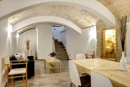 Обеденная зона. Испания, Менорка : Невероятный дом мечты в старом городе, 2 спальни, дизайнерская ванная комната с ванной, душевая комната, гостиная, кухня с террасой