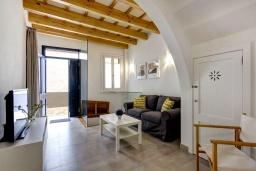 Гостиная / Столовая. Испания, Менорка : Невероятный дом мечты в старом городе, 2 спальни, дизайнерская ванная комната с ванной, душевая комната, гостиная, кухня с террасой