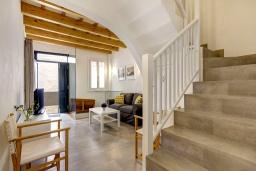 Лестница наверх. Испания, Менорка : Невероятный дом мечты в старом городе, 2 спальни, дизайнерская ванная комната с ванной, душевая комната, гостиная, кухня с террасой