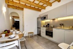 Кухня. Испания, Менорка : Невероятный дом мечты в старом городе, 2 спальни, дизайнерская ванная комната с ванной, душевая комната, гостиная, кухня с террасой