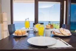 Обеденная зона. Испания, Кала Миллор : Современное шале с террасой и видом на море и горы недалеко от города Каньямель