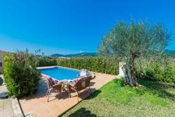 Вид на виллу/дом снаружи. Испания, Кан-Пикафорт : Очаровательная вилла с собственным бассейном и садом, окруженная полями, в городе Са-Побла, Майорка-Норт