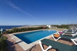 Бассейн. Испания, Менорка : Вилла с великолепным видом на море находится в превосходном тихом месте, в нескольких минутах ходьбы от оживленной пристани для яхт