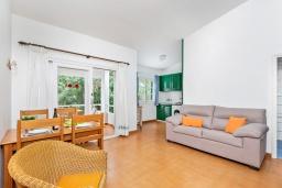 Гостиная / Столовая. Испания, Менорка : Небольшие уютные современные апартаменты в нескольких метрах от песчаного пляжа, 2 спальни, ванная комната, общий басейн