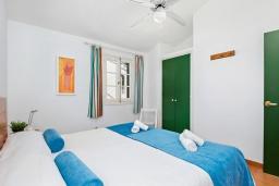Спальня. Испания, Менорка : Небольшие уютные современные апартаменты в нескольких метрах от песчаного пляжа, 2 спальни, ванная комната, общий басейн
