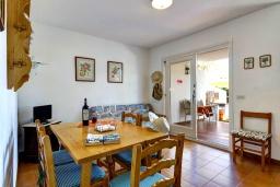 Гостиная / Столовая. Испания, Менорка : Апартаменты рядом с пляжем на первом этаже с общим басенном, 2 спальни для 4 гостей