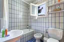 Ванная комната. Испания, Менорка : Апартаменты рядом с пляжем на первом этаже с общим басенном, 2 спальни для 4 гостей