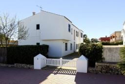 Вид на виллу/дом снаружи. Испания, Менорка : Апартаменты рядом с пляжем на первом этаже с общим басенном, 2 спальни для 4 гостей