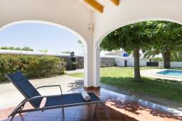 Зона отдыха у бассейна. Испания, Менорка : Красивый загородный дом с большим садом и газоном, бассейном и крытой террасой