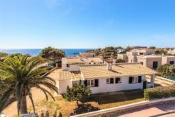 Вид на виллу/дом снаружи. Испания, Менорка : Апартаменты для 4 человек с прямым доступом к морю по частной тропе! Терраса, общий бассейн, спальня, wi-fi