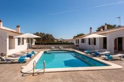 Парковка. Испания, Менорка : Апартаменты для 4 человек с прямым доступом к морю по частной тропе! Терраса, общий бассейн, спальня, wi-fi