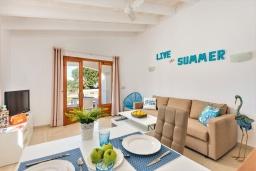 Обеденная зона. Испания, Менорка : Небольшие уютные апартаменты с прямым доступом к морю, бесплатная парковка, магазин в двух шагах, одна спальня, гостиная/столовая, ванная комната, wi-fi