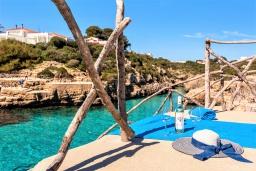 Вид на море. Испания, Менорка : Небольшие уютные апартаменты с прямым доступом к морю, бесплатная парковка, магазин в двух шагах, одна спальня, гостиная/столовая, ванная комната, wi-fi