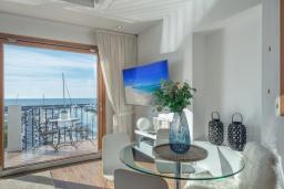 Обеденная зона. Испания, Пуэрто Банус : Роскошный пентхаус на первой линии с панорамным видом на море в Марбелья, 1 спальня, ванная комната, 2 этажа, красиво, удобно,романтично!