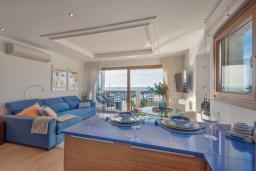 Гостиная / Столовая. Испания, Пуэрто Банус : Роскошный пентхаус на первой линии с панорамным видом на море в Марбелья, 1 спальня, ванная комната, 2 этажа, красиво, удобно,романтично!