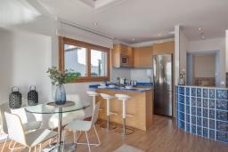 Кухня. Испания, Пуэрто Банус : Роскошный пентхаус на первой линии с панорамным видом на море в Марбелья, 1 спальня, ванная комната, 2 этажа, красиво, удобно,романтично!