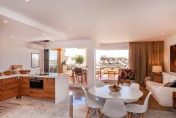 Обеденная зона. Испания, Пуэрто Банус : Четырехкомнатная квартира дуплекс с видом на море и тропический сад, 7 спальных мест, круглосуточная охрана,о вкусом оформленные и хорошо оборудованные апартаменты