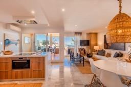 Кухня. Испания, Пуэрто Банус : Четырехкомнатная квартира дуплекс с видом на море и тропический сад, 7 спальных мест, круглосуточная охрана,о вкусом оформленные и хорошо оборудованные апартаменты