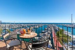 Балкон. Испания, Пуэрто Банус : Роскошный пентхаус в известной гавани Пуэрто Банус, с идеальной пристанью для яхт и панорамным видом на море. Дизайнерские магазины, яхты, пляжи, пабы и рестораны на пристани расположены прямо у вашего порога.