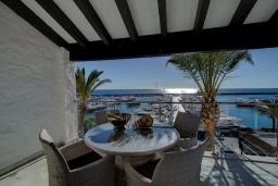 Терраса. Испания, Пуэрто Банус : Современный пентхаус на первой линии, с шикарным видом на море и пристань для яхт,2 спальни, 2 ванные комнаты, 4 спальных места