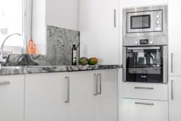 Кухня. Испания, Пуэрто Банус : Современный пентхаус на первой линии, с шикарным видом на море и пристань для яхт,2 спальни, 2 ванные комнаты, 4 спальных места