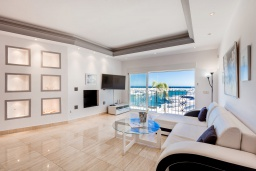 Кухня. Испания, Пуэрто Банус : Красивая и романтичная квартира находится на первой линии и предлагает прекрасный беспрепятственный вид на море и порт пляж, рестораны, бары, дизайнерские магазины,в нескольких минутах ходьбы