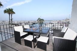 Терраса. Испания, Пуэрто Банус : Красивая и романтичная квартира находится на первой линии и предлагает прекрасный беспрепятственный вид на море и порт пляж, рестораны, бары, дизайнерские магазины,в нескольких минутах ходьбы