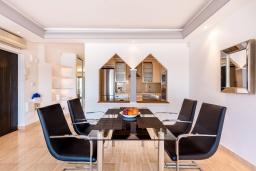 Обеденная зона. Испания, Пуэрто Банус : Красивая и романтичная квартира находится на первой линии и предлагает прекрасный беспрепятственный вид на море и порт пляж, рестораны, бары, дизайнерские магазины,в нескольких минутах ходьбы