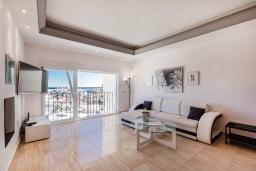 Гостиная / Столовая. Испания, Пуэрто Банус : Красивая и романтичная квартира находится на первой линии и предлагает прекрасный беспрепятственный вид на море и порт пляж, рестораны, бары, дизайнерские магазины,в нескольких минутах ходьбы