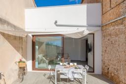 Терраса. Испания, Кан-Пикафорт : Светлая вилла с частным бассейном в Санта-Мария-дель-Ками